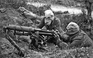 Servants britanniques d'une mitrailleuse Vickers équipés de masques à gaz